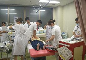 緊急時の対応について、毎年、医師と合同でシミュレーションを行っています。
