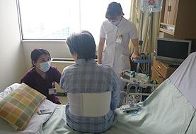 心臓リハビリテーションの様子。理学療法士と連携して日常生活行動を拡大しています。